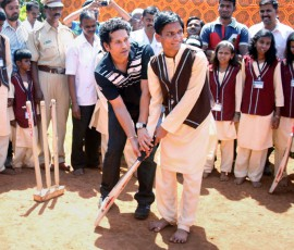 Sachin-Tendulkar-at-a-blind-school