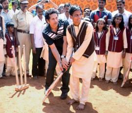 Sachin-Tendulkar-at-a-blind-school