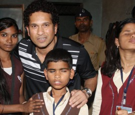 Sachin-Tendulkar-at-a-blind-school1